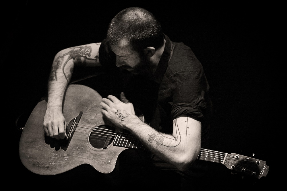 Jon Gomm Releases 'Gloria' Live Video