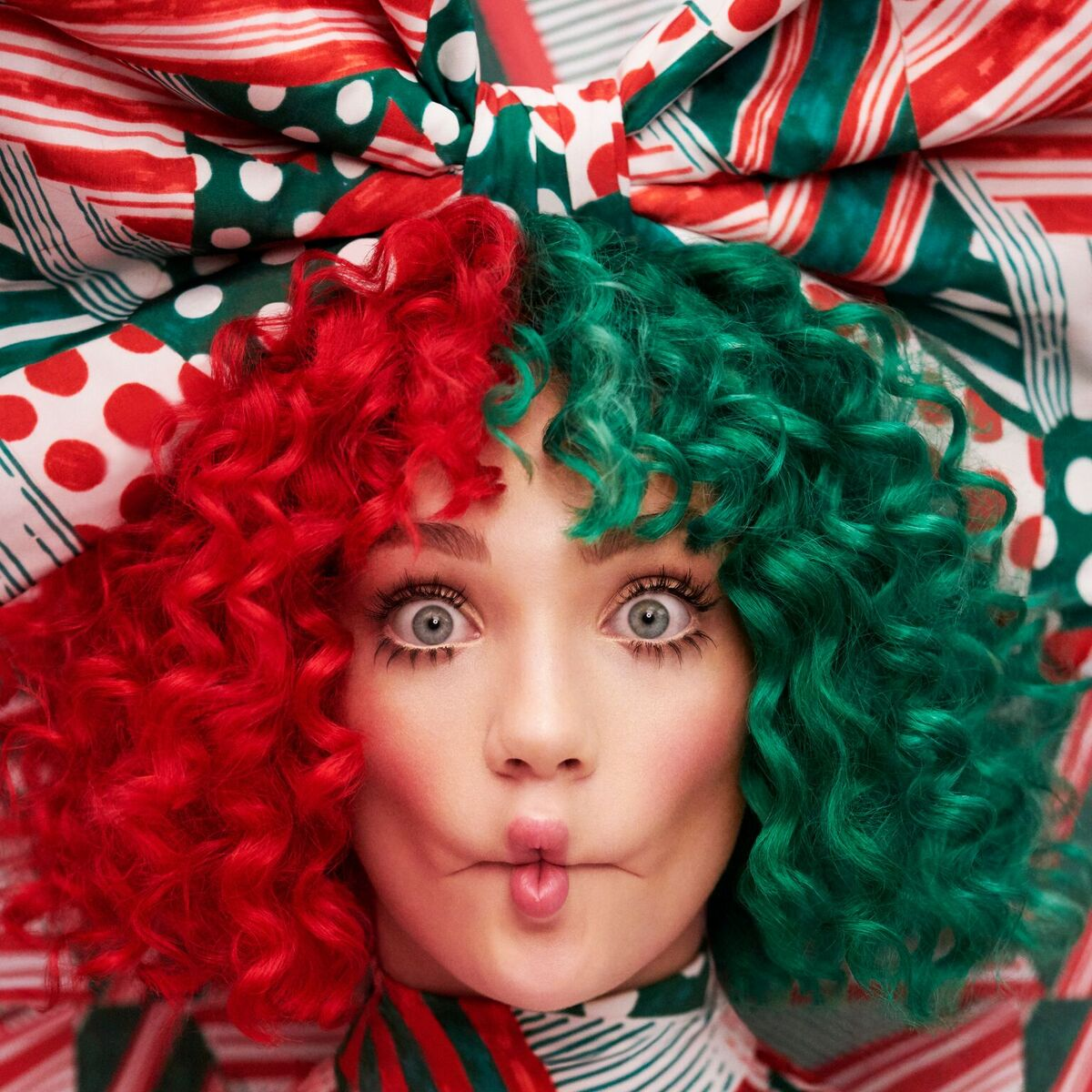"SIA UNVEILS NEW TRACK """"SANTA'S COMING FOR US"""""